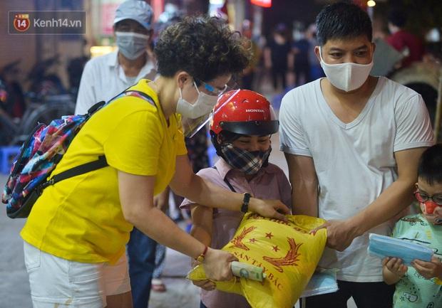 Nghe chuyện thanh niên tự tử vì thất nghiệp, người phụ nữ ở Hà Nội đứng lên phát gạo, tiền miễn phí cho người lao động nghèo - Ảnh 10.