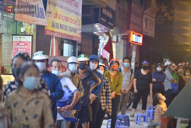 Nghe chuyện thanh niên tự tử vì thất nghiệp, người phụ nữ ở Hà Nội đứng lên phát gạo, tiền miễn phí cho người lao động nghèo - Ảnh 6.