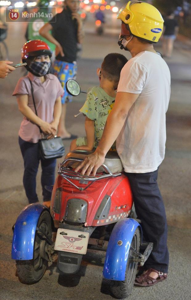 Nghe chuyện thanh niên tự tử vì thất nghiệp, người phụ nữ ở Hà Nội đứng lên phát gạo, tiền miễn phí cho người lao động nghèo - Ảnh 11.