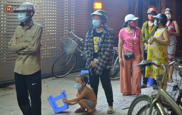 Nghe chuyện thanh niên tự tử vì thất nghiệp, người phụ nữ ở Hà Nội đứng lên phát gạo, tiền miễn phí cho người lao động nghèo - Ảnh 8.