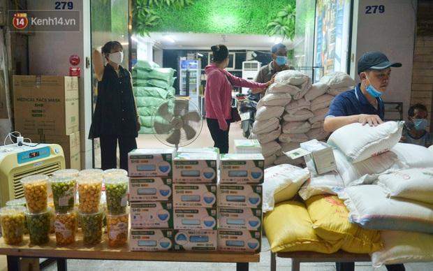 Nghe chuyện thanh niên tự tử vì thất nghiệp, người phụ nữ ở Hà Nội đứng lên phát gạo, tiền miễn phí cho người lao động nghèo - Ảnh 2.