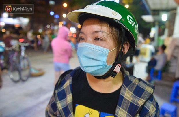Nghe chuyện thanh niên tự tử vì thất nghiệp, người phụ nữ ở Hà Nội đứng lên phát gạo, tiền miễn phí cho người lao động nghèo - Ảnh 9.
