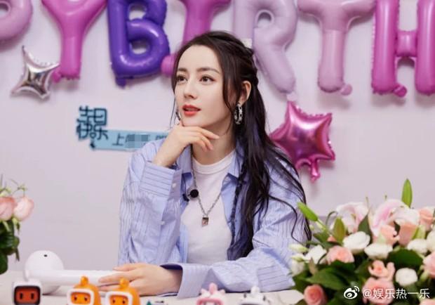 Livestream đón sinh nhật, Nhiệt Ba lại lộ hàng loạt dấu hiệu lão hoá, giật mình bối rối khi nhận món quà đặc biệt - Ảnh 2.