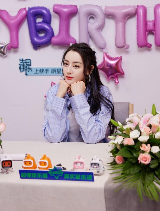 Livestream đón sinh nhật, Nhiệt Ba lại lộ hàng loạt dấu hiệu lão hoá, giật mình bối rối khi nhận món quà đặc biệt - Ảnh 3.