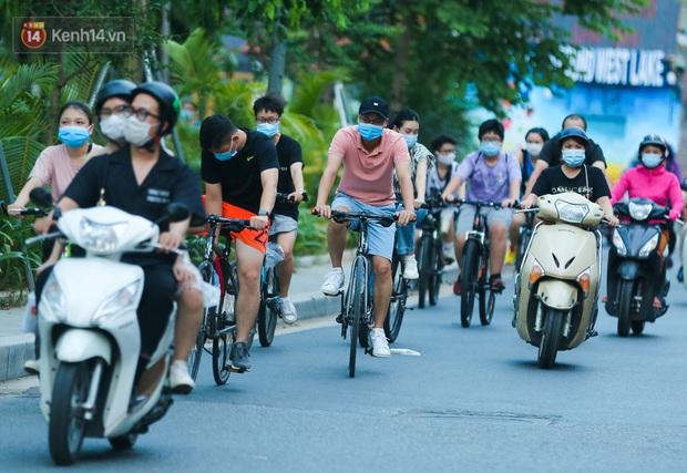 Người Hà Nội đổ xô đi thuê xe đạp, tiểu thương ung dung kiếm tiền triệu mỗi ngày - Ảnh 1.