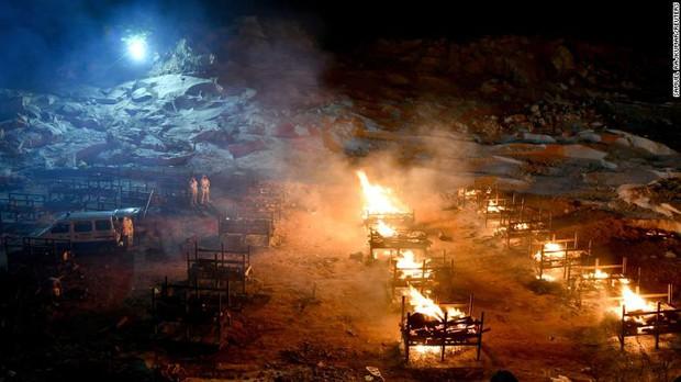 Ấn Độ trong những ngày tăm tối nhất: Phóng viên CNN chia sẻ những gì tận mắt chứng kiến về địa ngục Covid giữa làn sóng dịch bệnh thứ 2 - Ảnh 3.