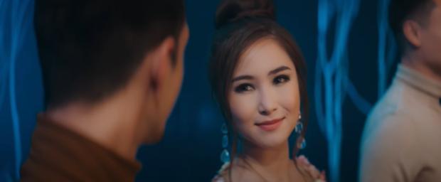 Hương Tràm trở thành nữ phụ đam mỹ vướng vào cuộc tình tay ba đầy éo le trong MV mới, chính thức lên tiếng về tin đồn có thai! - Ảnh 3.