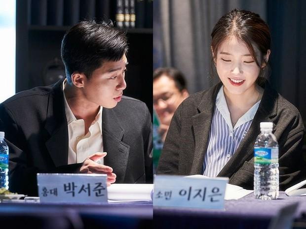Ông chủ Park Seo Joon và chị Nguyệt IU choảng nhau tóe khói trong buổi đọc kịch bản phim mới - Ảnh 3.