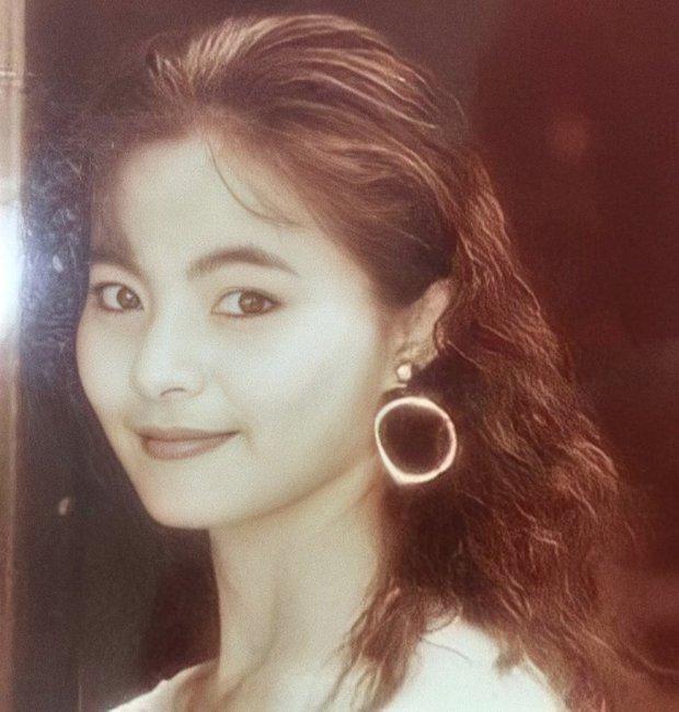 Netizen sốc visual trước ảnh thời trẻ của mẹ Tzuyu (TWICE): Mẹ thế này bảo sao nữ idol thành gương mặt đẹp nhất thế giới! - Ảnh 2.