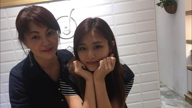 Netizen sốc visual trước ảnh thời trẻ của mẹ Tzuyu (TWICE): Mẹ thế này bảo sao nữ idol thành gương mặt đẹp nhất thế giới! - Ảnh 6.