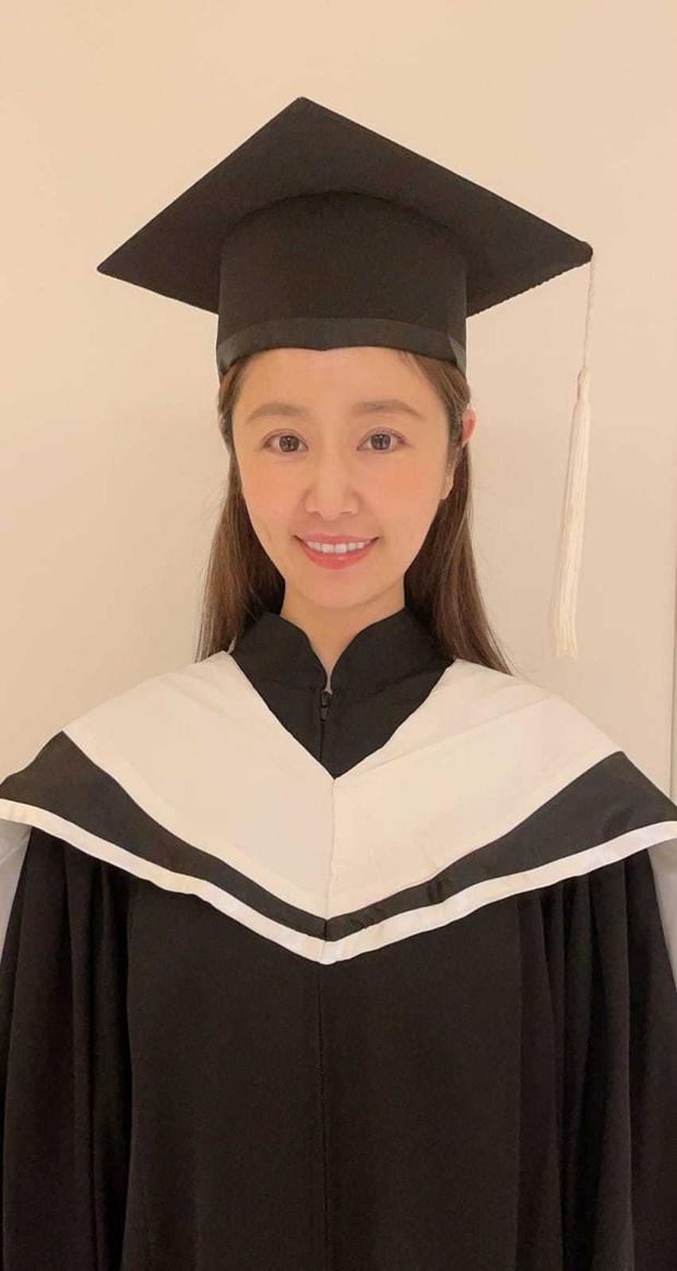 Lâm Tâm Như chính thức lấy bằng Thạc sĩ, hình ảnh mặc lễ phục tốt nghiệp gây bão vì visual hack tuổi thần sầu - Ảnh 3.