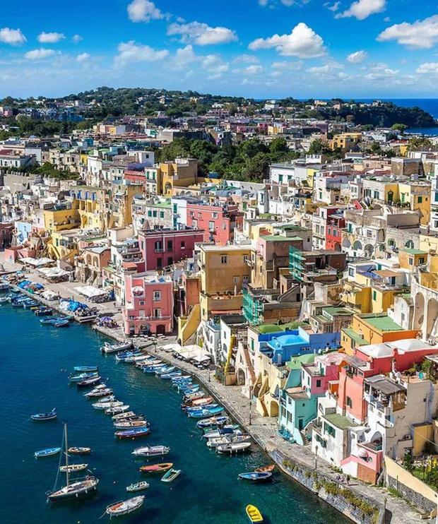 Choáng ngợp Capri - hòn đảo không Covid-19 ở châu Âu, điểm nghỉ dưỡng siêu cao cấp của người giàu trời Tây - Ảnh 1.