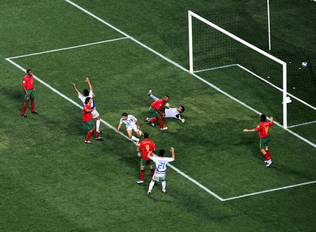 10 khoảnh khắc đáng nhớ nhất lịch sử Euro - Ảnh 10.