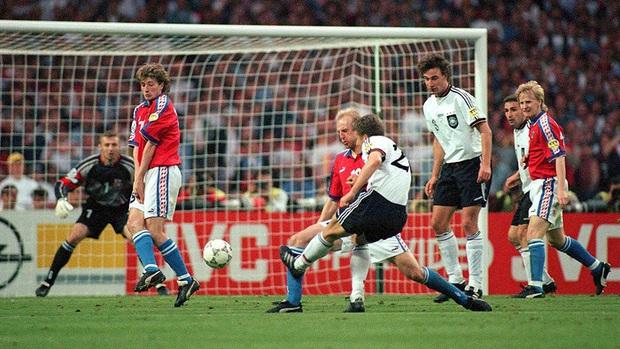10 khoảnh khắc đáng nhớ nhất lịch sử Euro - Ảnh 5.