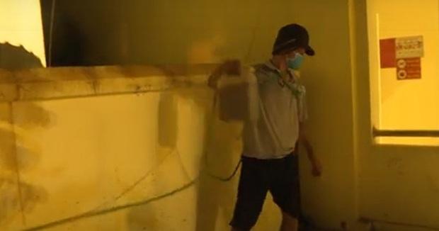 Trèo vào trụ sở UBND phường tưới xăng đốt 2 ô tô vì bị lập biên bản vi phạm phòng dịch - Ảnh 1.