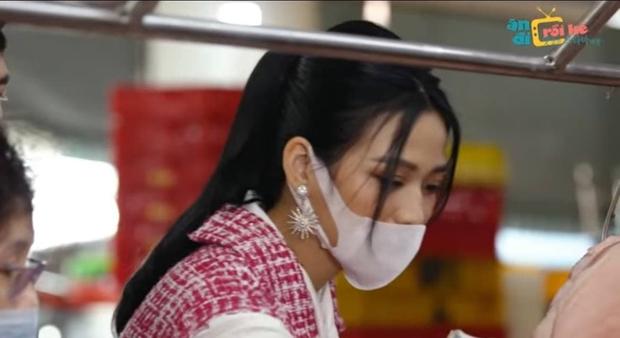 Hoa hậu Đỗ Thị Hà gây tranh cãi vì nói chuyện cộc lốc và đeo khẩu trang chưa chuẩn trên gameshow? - Ảnh 1.