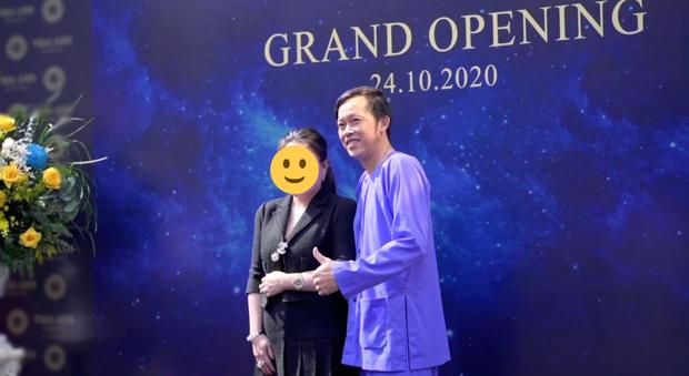 Netizen bóc NS Hoài Linh nói dối: Khẳng định ở nhà cách ly sau xạ trị, nhưng lại có ảnh phân thân đi sự kiện - Ảnh 4.