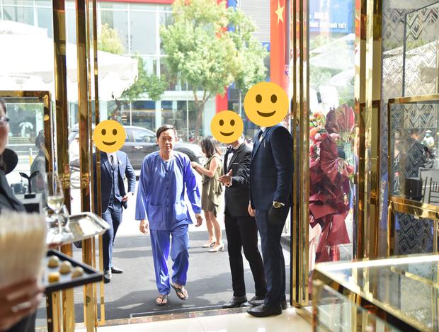 Netizen bóc NS Hoài Linh nói dối: Khẳng định ở nhà cách ly sau xạ trị, nhưng lại có ảnh phân thân đi sự kiện - Ảnh 6.
