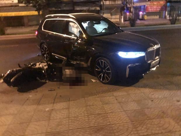 Ô tô BMW X7 đi lùi tông tử vong nam thanh niên chạy xe máy - Ảnh 1.