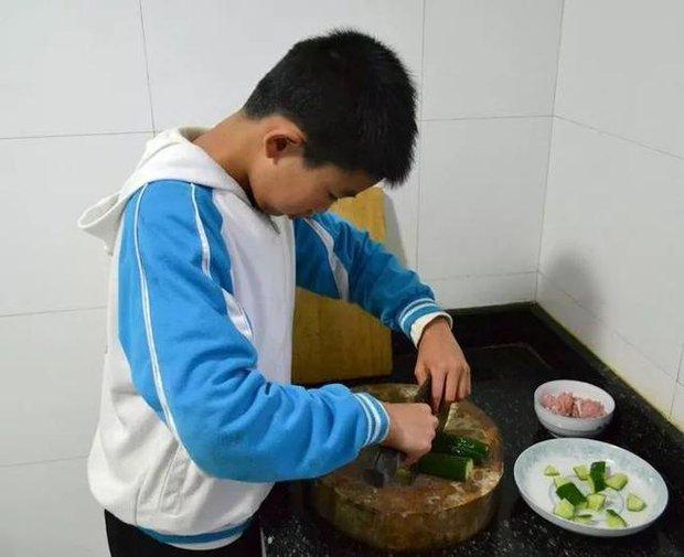Ăn mì cay như cơm bữa trong 2 năm, cậu bé 12 tuổi bị sưng dạ dày, phát triển khối u to bằng quả trứng - Ảnh 2.