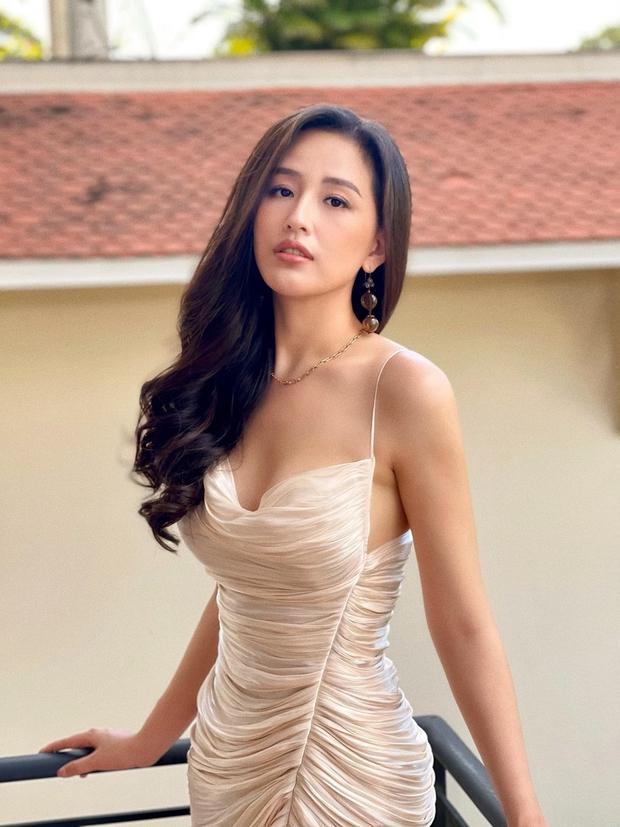 Đụng 1 mẫu váy, Mai Phương Thúy dường như lấn át Hoàng Thuỳ - Bảo Anh bởi khuôn ngực phập phồng, sexy khó tả - Ảnh 1.