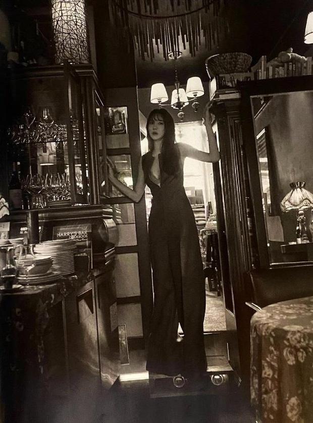 Penthouse 3 vừa ra mắt, bà cả đã lên Vogue mà cởi banh cái cúc áo, khoe vòng 1 lấp ló thế kia rồi! - Ảnh 2.