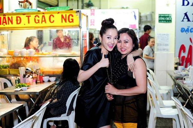 Hành động đẹp của mẹ con Bảo Anh giữa mùa dịch: Phát 300 hộp cơm gà miễn phí mỗi ngày, ủng hộ 3 tấn gạo cho người dân Sài Gòn - Ảnh 1.