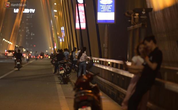 Hà Nội: Thời tiết vừa mát, nam thanh nữ tú đã tụ tập trên cầu bất chấp quy định phòng dịch - Ảnh 11.