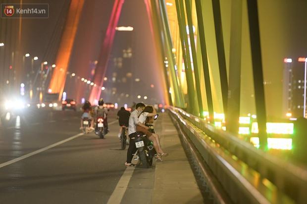 Hà Nội: Thời tiết vừa mát, nam thanh nữ tú đã tụ tập trên cầu bất chấp quy định phòng dịch - Ảnh 9.