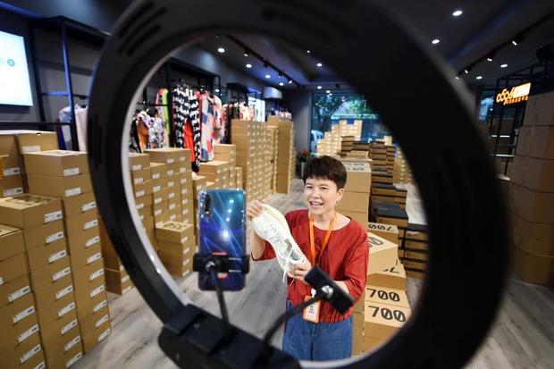 Trung Quốc cấm ăn mặc hở hang, ngoáy mũi khi livestream - Ảnh 2.