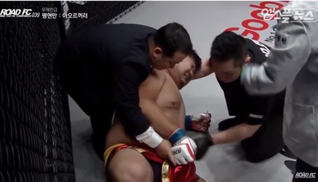 """Bị đá trúng chỗ hiểm ở giây thứ 9, võ sĩ 148kg của Trung Quốc """"giãy đành đạch"""" rồi khóc rưng rức - Ảnh 2."""