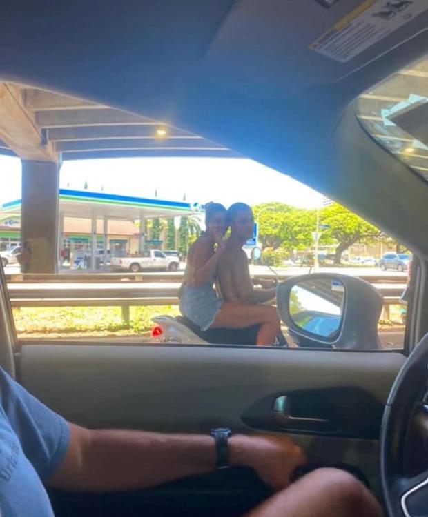 Hot rần rần hình ảnh Justin Bieber cởi trần phóng xe máy chở vợ đi chơi, nhìn tưởng bon bon giữa trời nắng Quận 1 - Ảnh 3.