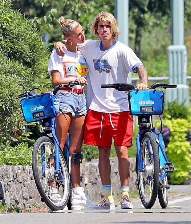 Hot rần rần hình ảnh Justin Bieber cởi trần phóng xe máy chở vợ đi chơi, nhìn tưởng bon bon giữa trời nắng Quận 1 - Ảnh 6.