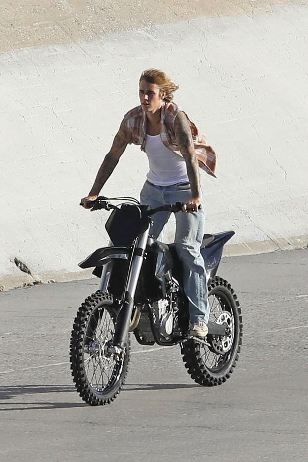 Hot rần rần hình ảnh Justin Bieber cởi trần phóng xe máy chở vợ đi chơi, nhìn tưởng bon bon giữa trời nắng Quận 1 - Ảnh 7.