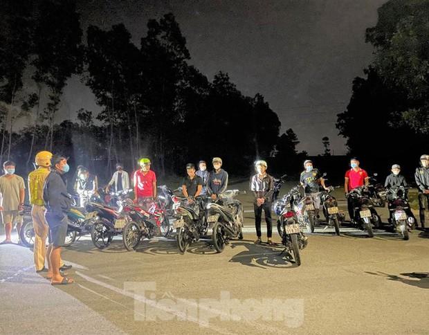 Bất chấp địa phương đang dịch phức tạp, hơn 50 người tụ tập đua xe - Ảnh 2.