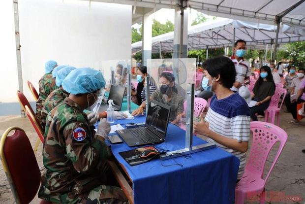 Campuchia tiêm vaccine cho 10 triệu người trong ba giai đoạn - Ảnh 1.