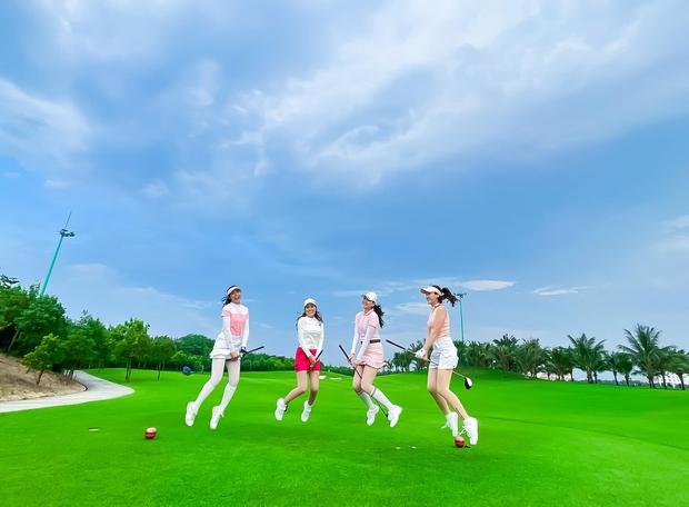 """Mai Ngọc than thở hội chơi golf phải """"treo giò"""" cả tháng, netizen chỉ chú ý cả dàn nhan sắc sao đều quá trời - Ảnh 1."""