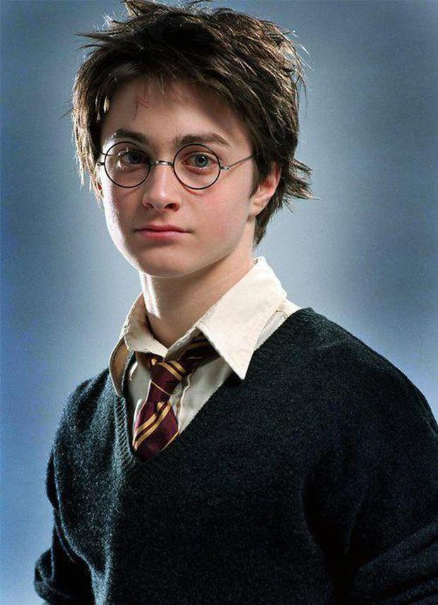 """""""Bóc trần"""" mặt tối dàn sao Harry Potter: Nam chính lợi dụng phim để ngủ với fan, Emma suýt nghỉ quay, 1 người gây sốc vì đi tù 2 năm - Ảnh 2."""
