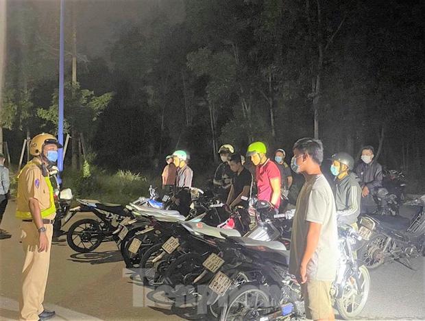 Bất chấp địa phương đang dịch phức tạp, hơn 50 người tụ tập đua xe - Ảnh 3.