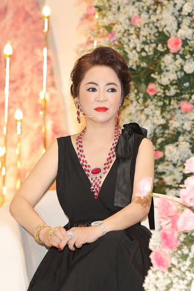Phi Nhung bỗng hát tặng bà Phương Hằng mặc đối phương đấu tố, nói lời yêu thương khi nữ đại gia rơi nước mắt - Ảnh 4.