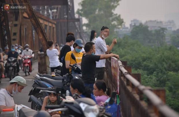Hà Nội: Thời tiết vừa mát, nam thanh nữ tú đã tụ tập trên cầu bất chấp quy định phòng dịch - Ảnh 2.