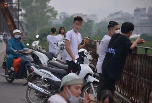 Hà Nội: Thời tiết vừa mát, nam thanh nữ tú đã tụ tập trên cầu bất chấp quy định phòng dịch - Ảnh 3.