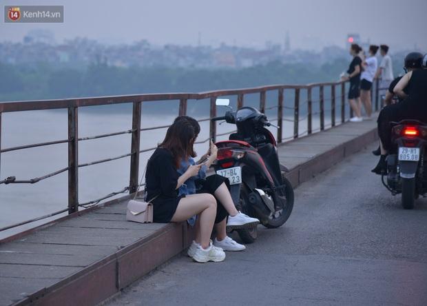 Hà Nội: Thời tiết vừa mát, nam thanh nữ tú đã tụ tập trên cầu bất chấp quy định phòng dịch - Ảnh 7.