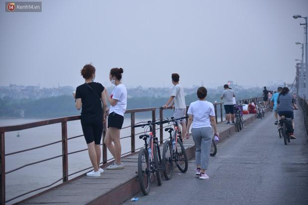 Hà Nội: Thời tiết vừa mát, nam thanh nữ tú đã tụ tập trên cầu bất chấp quy định phòng dịch - Ảnh 4.