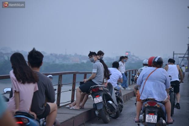 Hà Nội: Thời tiết vừa mát, nam thanh nữ tú đã tụ tập trên cầu bất chấp quy định phòng dịch - Ảnh 6.