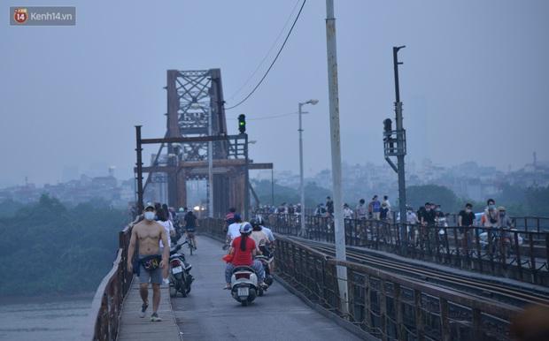 Hà Nội: Thời tiết vừa mát, nam thanh nữ tú đã tụ tập trên cầu bất chấp quy định phòng dịch - Ảnh 5.