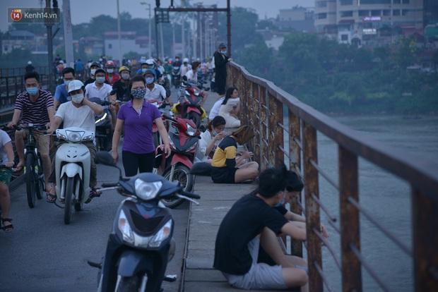 Hà Nội: Thời tiết vừa mát, nam thanh nữ tú đã tụ tập trên cầu bất chấp quy định phòng dịch - Ảnh 8.
