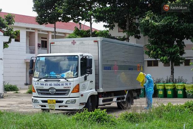 Theo chân những chiến binh thầm lặng thu gom rác từ khu cách ly, bệnh viện dã chiến ở Sài Gòn - Ảnh 4.