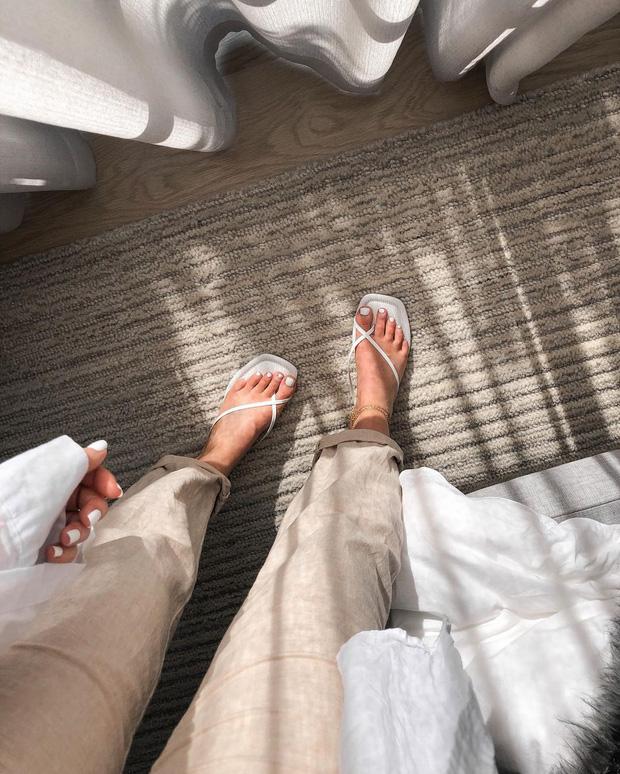Kiểu sandal, giày dép này tưởng sẽ tôn vinh bàn chân mà ai ngờ dễ khiến nàng... âm điểm thanh lịch lắm! - Ảnh 2.
