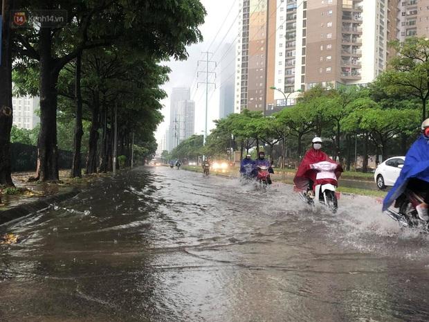 Đầu giờ chiều, bầu trời Hà Nội bỗng đen kịt kèm sấm đùng đoàng, mưa lớn giải nhiệt sau những ngày nắng như thiêu đốt - Ảnh 15.